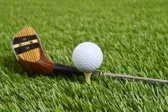 与司机俱乐部的高尔夫球 免版税库存图片