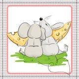 与吃乳酪的一个大片断朋友的一只小的老鼠 免版税库存图片