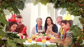 与吃晚餐的家庭的圣诞树边界 股票视频