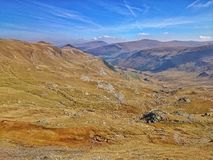 与吃草的绵羊的山风景 图库摄影