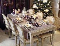 与吃饭的客人桌的圣诞节午餐 免版税库存图片