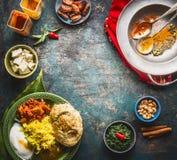 与各种各样的传统专业膳食和五颜六色的香料的印地安烹调食物背景在土气背景,顶视图 免版税库存图片
