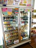与各种各样的制造商婴儿食品的分类的架子在冰箱商店待售 免版税库存照片