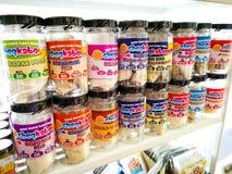 与各种各样的制造商婴儿食品的分类的架子在商店待售 图库摄影