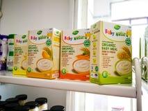 与各种各样的制造商婴儿食品的分类的架子在商店待售 免版税库存照片