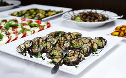 与各种各样的意大利开胃小菜的自助餐 免版税库存照片