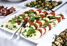 与各种各样的意大利开胃小菜的自助餐 库存图片
