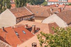 与各种各样的房子的一般都市风景视图 免版税图库摄影