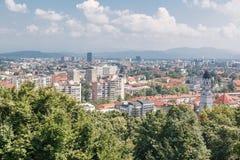 与各种各样的房子的一般都市风景视图 免版税库存照片