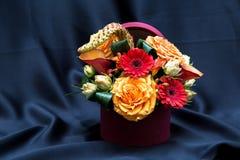 与各种各样的春天花的植物布置 库存照片