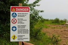 与各种各样的海滩的危险标志统治对此 图库摄影