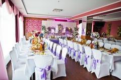 与各种各样的盘的令人敬畏装饰的婚姻的桌和花卉 免版税图库摄影
