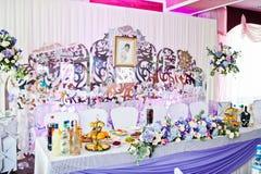 与各种各样的盘的令人敬畏装饰的婚姻的桌和花卉 免版税库存照片