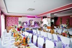 与各种各样的盘的令人敬畏装饰的婚姻的桌和花卉 图库摄影