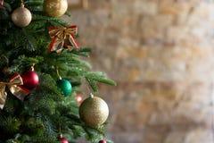 与各种各样的礼物的装饰的圣诞树 图库摄影