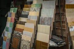与各种各样的种类的陶瓷与在德波拍的方形的形状照片的收藏样式和材料印度尼西亚 免版税库存照片