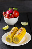 与各种各样的菜和石灰的玉米在木背景 免版税库存图片