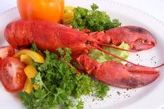 与各种各样的菜的煮熟的龙虾 免版税库存图片