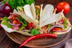 与各种各样的装填(肉、蒜味咸腊肠、鸡蛋、黄瓜、荷兰芹、蕃茄、辣椒,第茂芥末)的东部皮塔饼面包 库存图片
