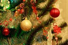 与各种各样的装饰和闪亮金属片的圣诞树 库存图片