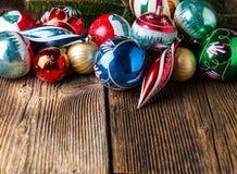 与各种各样的装饰的特写镜头老葡萄酒圣诞节球 免版税库存图片