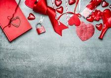 与各种各样的装饰的红色情人节背景的招呼,顶视图,边界 免版税库存照片