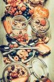 与各种各样的谷物muesli、燕麦剥落、种子、坚果和莓果的健康早餐桌 免版税库存照片