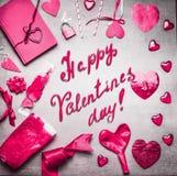 与各种各样的问候装饰的桃红色情人节卡片:加热,气球、丝带、锁和钥匙、日志书和手写的文本 免版税库存图片