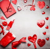 与各种各样的问候装饰的红色情人节背景:加热,气球、丝带、锁和钥匙和日志书,顶视图, fr 库存图片