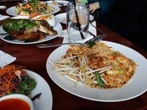 与各种各样的食物selctions的泰国食物宴餐 免版税图库摄影