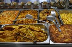 与各种各样的饭食和面包的食物酒吧 免版税库存图片