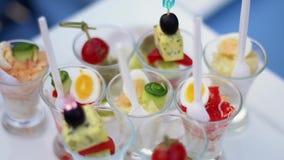 与各种各样的canap、菠菜、乳酪、葱、荷兰芹和鹌鹑蛋的玻璃 一个健康素食主义者的概念 股票录像