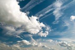 与各种各样的shapped云彩形成的蓝天 免版税库存照片