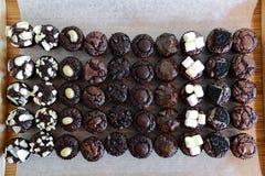 与各种各样toping的微型叮咬巧克力果仁巧克力 免版税库存图片