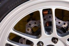 与合金轮子的超级汽车光盘闸 免版税库存照片