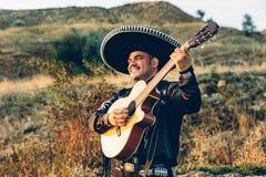 与吉他的墨西哥音乐家墨西哥流浪乐队 免版税库存照片