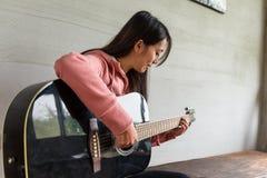 与吉他的妇女戏剧 免版税库存图片