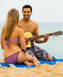 与吉他的愉快的家庭 免版税库存图片
