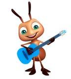 与吉他的逗人喜爱的蚂蚁漫画人物 免版税库存照片