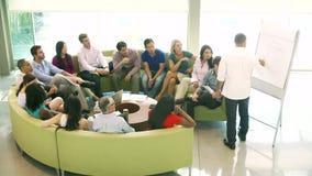 与同事的商人主导的激发灵感会议 股票视频