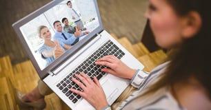与同事的妇女视讯会议膝上型计算机的 免版税库存图片