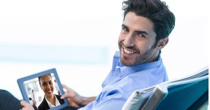 与同事的微笑的商人视讯会议片剂个人计算机的 库存图片