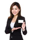 与名片的亚洲女实业家展示 库存照片