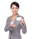 与名片的亚洲女实业家展示 免版税库存图片