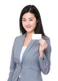 与名片的亚洲女实业家展示 免版税库存照片