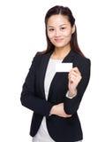 与名片的女实业家展示 免版税库存图片