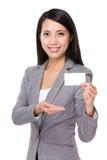 与名片的女实业家展示 免版税库存照片