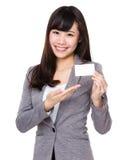 与名片的年轻女实业家展示 免版税库存照片