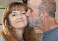 与后边圣诞灯的一对已婚夫妇 免版税图库摄影