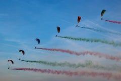 与后边彩色烟幕的滑翔伞 库存照片